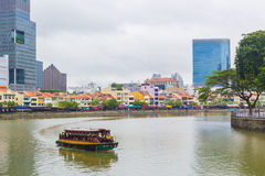 Barco turístico que hace turismo en el río de Singapur fotografía de archivo
