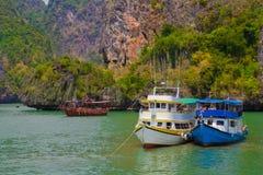 Barco turístico, Tailandia con la bandera Fotos de archivo