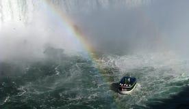 Barco turístico y arco iris Imagen de archivo libre de regalías