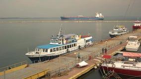 Barco turístico y petrolero metrajes