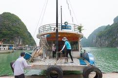 Barco turístico en la bahía larga de la ha, Vietnam Imagen de archivo