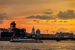Barco turístico no rio de Neva em St Petersburg, Rússia Fotos de Stock Royalty Free