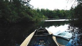 Barco vacío con una paleta en el lago metrajes