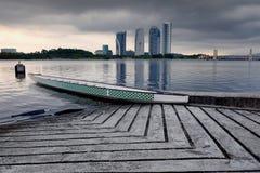 Barco vazio do dragão ancorado perto do lado do lago sobre o fundo do nascer do sol fotos de stock