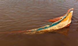 Barco velho abandonado na água do rio imagem de stock