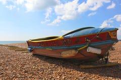 Barco velho colorido na praia Imagens de Stock