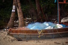 Barco velho com rede de pesca azul na costa do mar Imagem de Stock Royalty Free