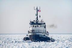 Barco velho do reboque no Lago Michigan congelado foto de stock royalty free