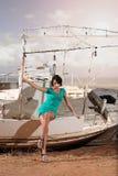 Barco velho e uma menina bonita foto de stock royalty free