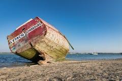 Barco velho na maré baixa em França, Normandy Imagens de Stock