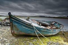 Barco velho na praia fotos de stock royalty free