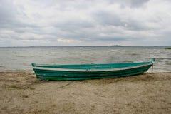 Barco velho na praia Fotografia de Stock