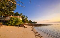 Barco velho na praia nos seychelles Imagem de Stock Royalty Free