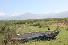 Barco velho na terra Fotografia de Stock
