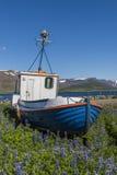 Barco velho na terra em Thingeyri Islândia Foto de Stock