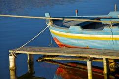 Barco velho no lago Imagens de Stock Royalty Free
