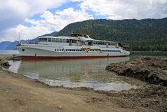 Barco velho no lago em montanhas de Altai, Rússia Teletskoye Foto de Stock