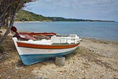 Barco velho no porto pequeno, Kefalonia, ilhas Ionian, Grécia Fotografia de Stock Royalty Free