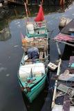 Barco velho pequeno amarrado no porto no cais de Indonésia, Jakarta foto de stock