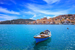 Bote de madeira na frente marítima de Porto Santo Stefano. Argentario, Toscânia, Italia Imagens de Stock