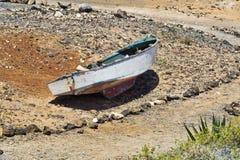 Barco velho perto da praia Imagem de Stock Royalty Free