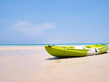 Barco verde del kajak en el cielo azul tropical del fondo y del claro de la playa en el mar Concepto feliz de las vacaciones de v Imagen de archivo libre de regalías