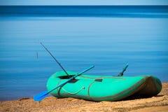 Barco verde del par-remo con la barra que pesca con caña Fotografía de archivo
