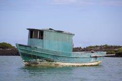 Barco verde del pescador que sale del puerto, las Islas Galápagos Fotos de archivo