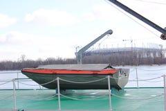 Barco verde no rio na doca imagem de stock