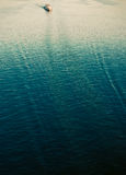 Barco vermelho na água azul Fotos de Stock