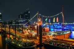 Barco vermelho no porto de Hamburgo imagem de stock royalty free
