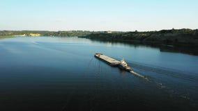 Barco video aéreo del empujador del río que transporta la gabarra con el cargo seco en el centro del río del verano, Europa Centr almacen de metraje de vídeo