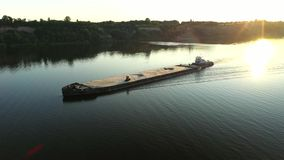 Barco video aéreo do empurrador do rio que transporta a barca com carga seca no meio do rio do verão, a Europa Central video estoque