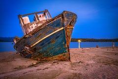 Barco viejo abandonado en una playa abandonada Fotografía de archivo