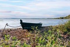 Barco viejo amarrado en el lago Imagen de archivo libre de regalías