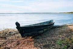 Barco viejo amarrado en el lago Imagen de archivo