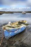 Barco viejo amarrado en el puerto de Poole Foto de archivo