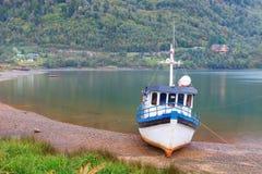 Barco viejo anclado en la playa del fiordo de Puyuhuapi, Patago Imagen de archivo