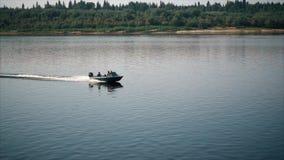 Barco viejo con un motor externo metrajes