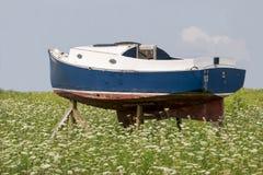 Barco viejo en campo Imagenes de archivo