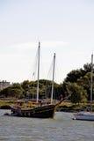 Barco viejo en el canal du Rhone Foto de archivo