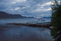Barco viejo en el lago en las montañas de Altai, Rusia Teletskoye Foto de archivo libre de regalías