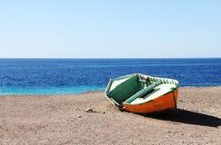 Barco roto amarillo viejo en la playa en el Océano Atlántico Imagen de archivo libre de regalías