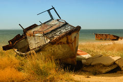 Barco viejo en la costa Fotos de archivo libres de regalías