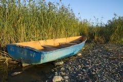 Barco viejo en la orilla del agua Imagen de archivo