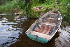 Barco viejo en la orilla del lago Fotografía de archivo libre de regalías