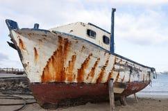 Barco viejo en la playa Fotos de archivo