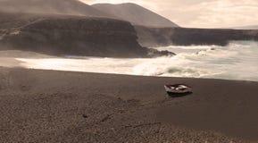 Barco viejo en la playa Imagen de archivo libre de regalías