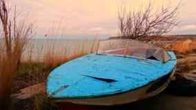 Barco viejo en la playa Foto de archivo libre de regalías