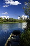 Barco viejo en orilla del río Fotografía de archivo